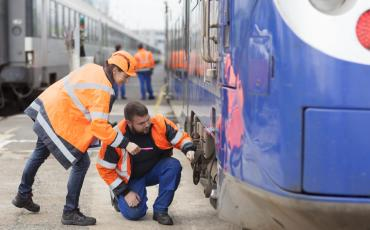 Agents à coté d'un train