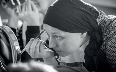 Une femme qui se maquille