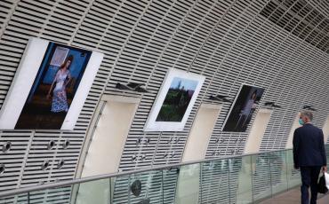 L'exposition HEXAGONE dans la gare d'Avignon-TGV